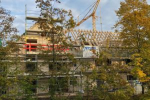 Lindengärten - Oktober 2020: Zimmermanns und dachdeckerarbeiten sind am Laufen und Fenster werden eingebaut