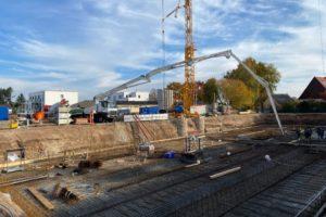 Bodenplatte in der Oberasbacher Straße in Zirndorf wird betoniert